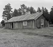 Ett bostadshus i sadeltak och träfasad i Geltorp.