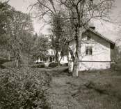 En flygelbyggnad med stensockel i Bjurvik.