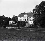 Huvudbyggnaden på Helgerum, sedd från trädgårdssidan, snett från höger.