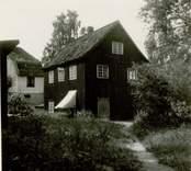 Gunnebo bruk. Gamla tråddrageriet - arbetarkasern i korsvirke, byggd på 1800-talet av en tysk bruksägare på Gunnebo.