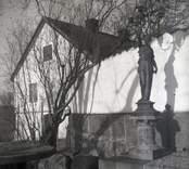 Säteriet i Ankarsrum. En staty vid väggen.