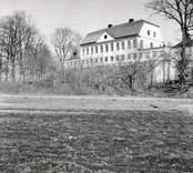 Fredriksbergs herrgård från åkermarken på baksidan.