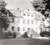 Vinös huvudbyggnads fasad åt gården.