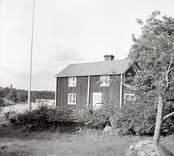 Flaggstången framför huset på Älö.
