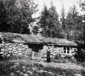 Backstugan.  Foto: omkring 1910 i privat ägo. Se artikel i Östra Småland 26-28/8 1959.