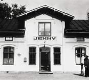 Jenny järnvägsstation sedd rakt framifrån.