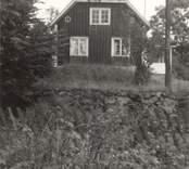 Småland, Kalmar län, Misterhults socken - Plittorps länsmansboställe. Manbyggnden. Knuttimrad, klädd med stående bräder med täcklister, tak med enkupigt tegel. Rödfärgad med vita knut-, dörr- och fönsterfoder. Marken styckades upp 1500-talet. Huset byggdes (grunden) sen slutet av 1600-talet.