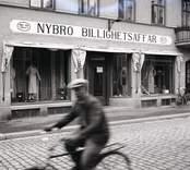 Springpojke cyklar genom Nybro.