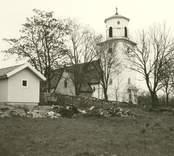 Kyrkan och redskapsboden.