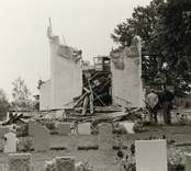 Hälleberga kyrka: Kyrkan brann ner 1976-10-18. Branden orsakades av ett elfel. Tornet i detalj  kantkedja mot långhuset.
