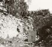Interiör av Ukna kyrkoruin med gravsten.