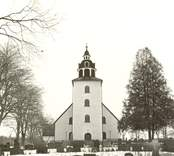 Vinterbild på Odensvi kyrka och kyrkogård.
