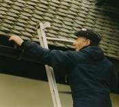 Inspektion av taket på Hallingebergs kyrka.