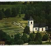 Flygfoto över Hälleberga kyrka.