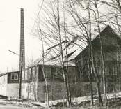 Motiv från Flerohopps glasbruk som var i drift mellan 1892-1960.