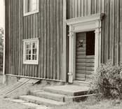 Småland Tunaläns hd Misterhult sn Örö  Dörren till Wirsénska gården.  Nils Nilsson 1951.