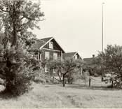Fr. v. till h: Gustaf Anderssons, Ossian och Henrik Anderssons och Karl Petterssons hus.