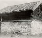 Foto:M.Dyfverman 1937 Källarbod. Från sydväst. Längd frånsett knutar 6,50m. Bredd frånsett knutar 5,00m. Härtill 4 andra foton,planer och sektion.