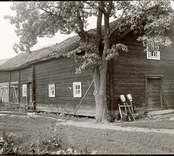 Bod och vagnskjul. Längd 7,5 m och 7,5 m. Bredd 6 m. Troligen vertikala dubbelhaksknutar i timret. Foto från sydost. Foto:M.Dyfverman 1937