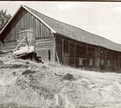 """""""Körhus"""". Ladugårds- och loglänga med vandringsskjul. Foto från söder. Härtill ett annat foto, från nordväst. Foto:M.Dyfverman 1937"""