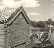 Småland, Kalmar län, Misterhults socken - Marsö. Knuttimrad bod och vid sidan därom en pråm med grindar för hötransport.