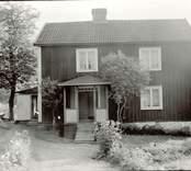 """Lägenhet. Längd 8,20 m. Bredd 5 m. Beboddes av snickaränkan Maria Lovisa Adolfsson."""" Di har aldrig haft annat än tomten kring stugan. Snickar och sina ha bott här förr""""."""