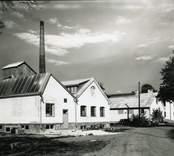 Flygsfors grundades 1809 för tillverkning av fönsterglas. Verksamheten upphörde 1920, men återupptogs 1930 under ny ledning för tillverkning av speciella belysningsglas, även pressglas och prydnadsglas.Under 1949-56 var Paul Kedelv (1917-90) verksam som formgivare och ritade då de s.k. coquilleglasen, färgade skålar och vaser i underfångsglas. Bruket lades ner 1979. Ortnamnet är från brukets anläggning. Första ledet är oklart. ( jfr Flögstorp )  -fors kommer av att bruket ligger vid en fors i Ljungbyån. ( NE )