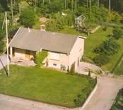 Flygfoto på ett enfamiljshus med sidobyggnad i Bäckebo.