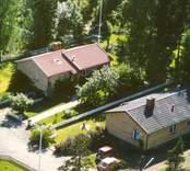 Flygfoto på enfamiljshus med trädgård.