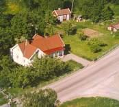 Villa med trädgård och ekonomibyggnader, i Bäckebo.