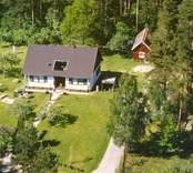En villa med en sidobyggnad i trädgården.