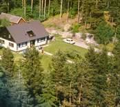 En villa omgiven av skog.