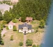 En villa med trädgård, sidobyggnad och uthus, i Luvehult.