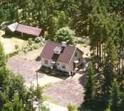 En villa, med trädgård och uthus, i Luvehult.
