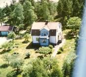 En villa med uthus och trädgård, i Bäckebo.
