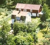En villa med trädgård och ekonomibyggnad, i Balebo.