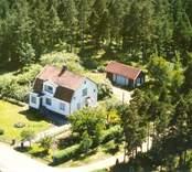 En villa med trädgård och uthus, i Balebo.