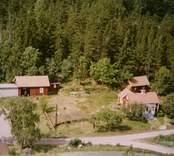 En tillbyggd stuga på en skogstomt, i Döderhult.