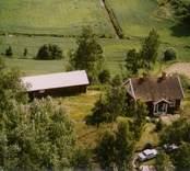En stuga med trädgård och uthus, i Döderhult.