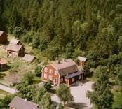 En bymiljö, invid skogen.