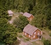 Ett enfamiljshus på en skogstomt, med uthus, i Döderhult.