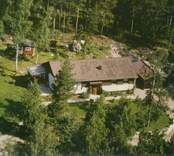En skogstomt med villa och uthus, i Döderhult.