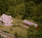 En tillbyggd villa med trädgård och uthus, i Döderhult.