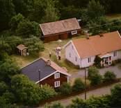 Ett enfamiljshus med sidobyggnad, uthus och trädgård, i Döderhult.