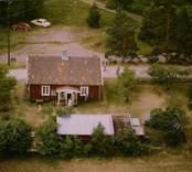 En stuga med uthus och trädgård, i Döderhult.
