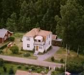 En villa med trädgård och uthus, i Döderhult.