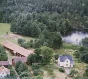 En bymiljö vid en sjö.