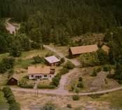 En gårdsmiljö intill skogen, i Döderhult.