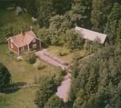 Ett bostadshus och ekonomibyggnad i Madesjö.