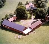 En kringbyggd ladugårdsplan i Madesjö.